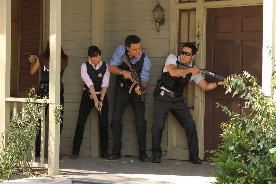 Auf der Suche nach einem Mörder: Teresa (Robin Tunney, 2.v.l.), Kimball (Tim Kang, r.) und Wayne (Owain Yeoman, 2.v.r.) ... - Bildquelle: Warner Bros. Television