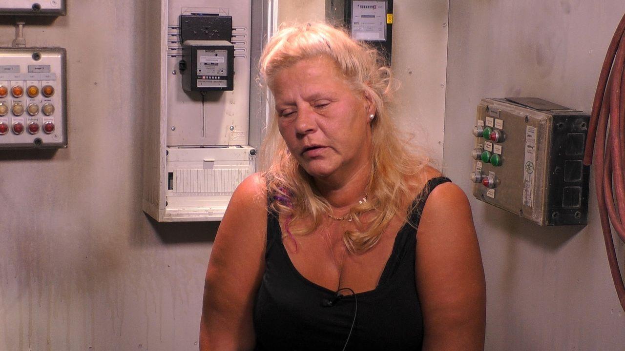 Silvia sitzt genervt im Sprechzimmer der Baustelle