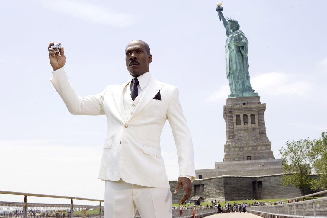 Von seinem Outfit mal abgesehen, sieht Dave (Eddie Muphy) aus wie ein ganz normaler Mensch. Doch tatsächlich ist der ungelenke Typ im weißen Anzug e... - Bildquelle: Kinowelt GmbH