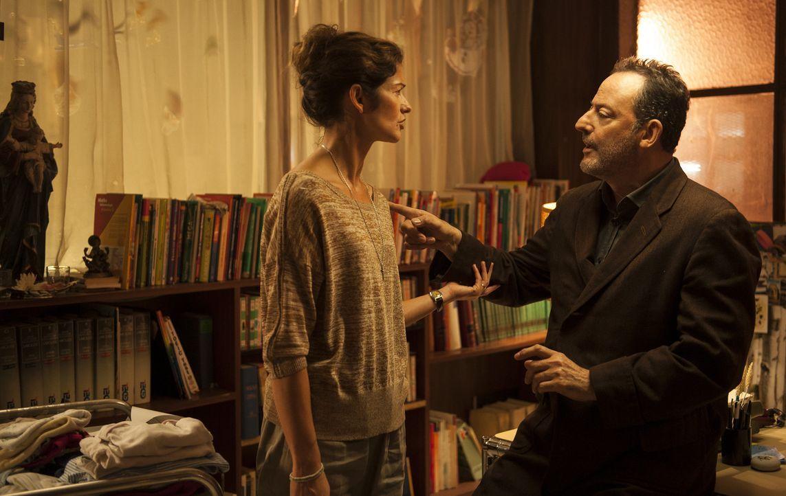 Karyn (Jill Hennessy, l.) macht sich Sorgen um einen ihrer besten Ermittler. Jo St-Clair (Jean Reno, r.) ist tablettenabhängig und wenn er weiter s... - Bildquelle: Stéphanie Dupont Atlantique Productions