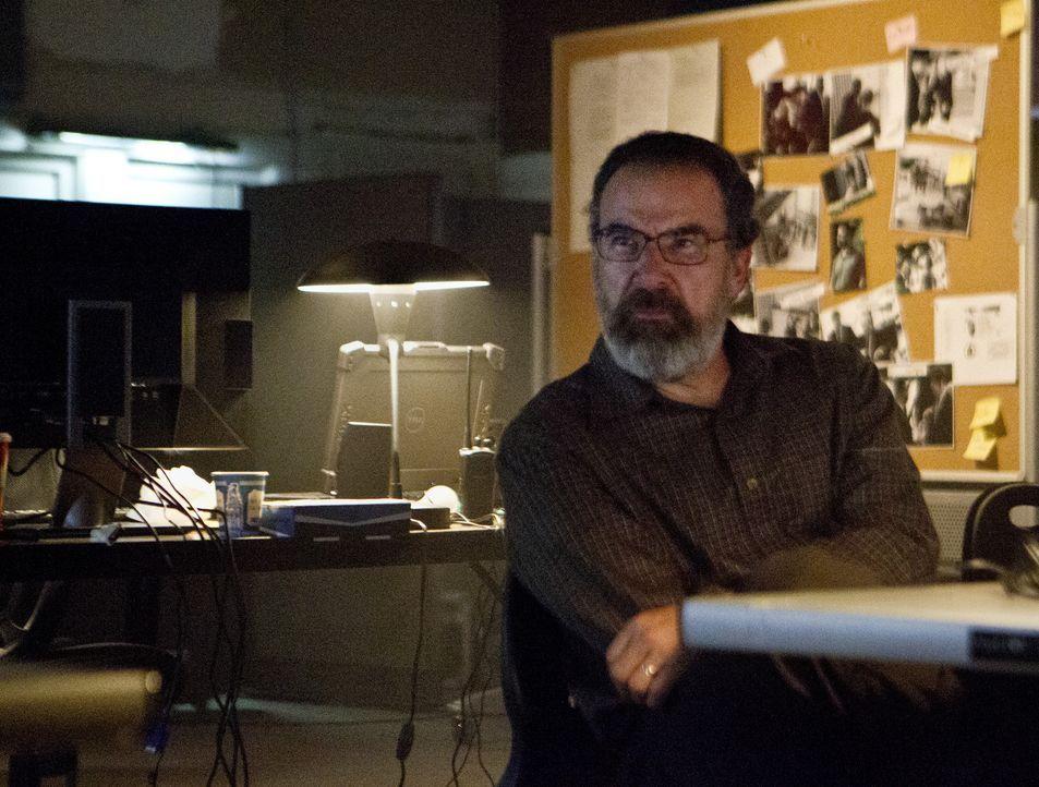 Informiert David darüber, dass Carrie in Bezug auf Nicholas Brody Recht hatte: Saul (Mandy Patinkin) ... - Bildquelle: 2012 Twentieth Century Fox Film Corporation. All rights reserved.