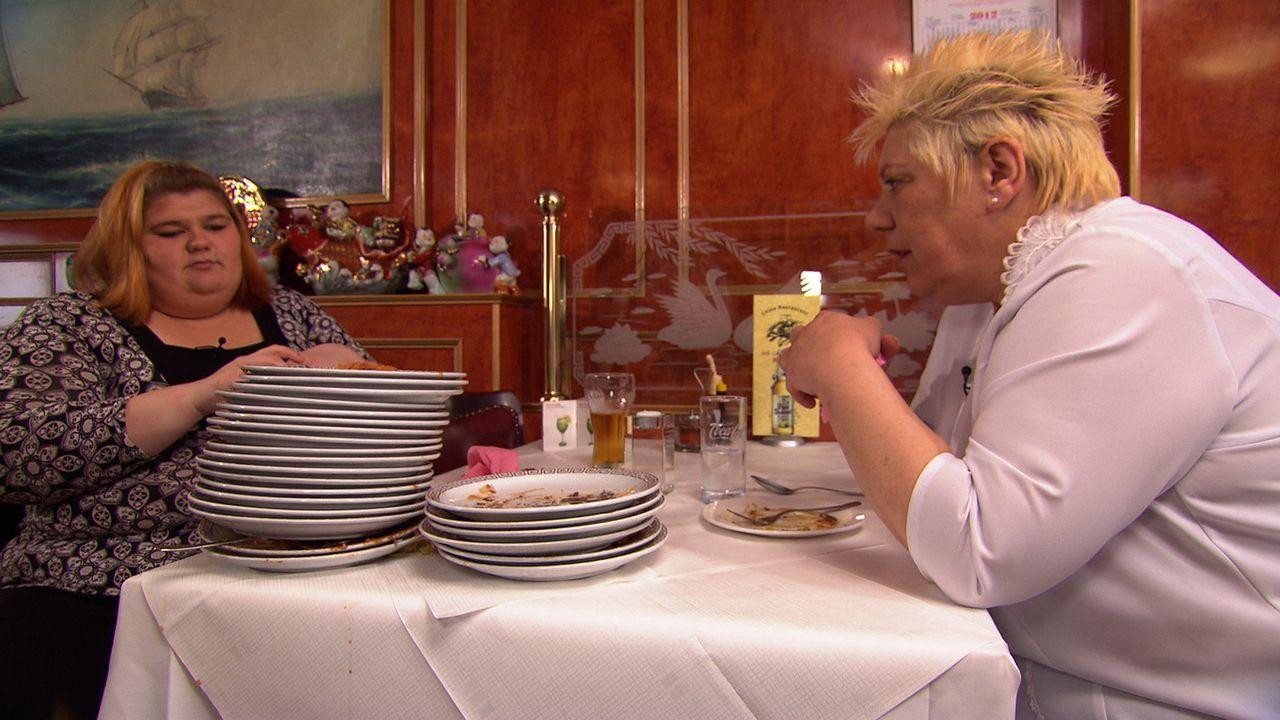 """""""All you can eat"""" ist die große Leidenschaft von Eileen (l.), was unschwer zu erkennen ist. Ihre Tante Doris (r.) redet ihr ins Gewissen, ob sie es... - Bildquelle: SAT.1"""