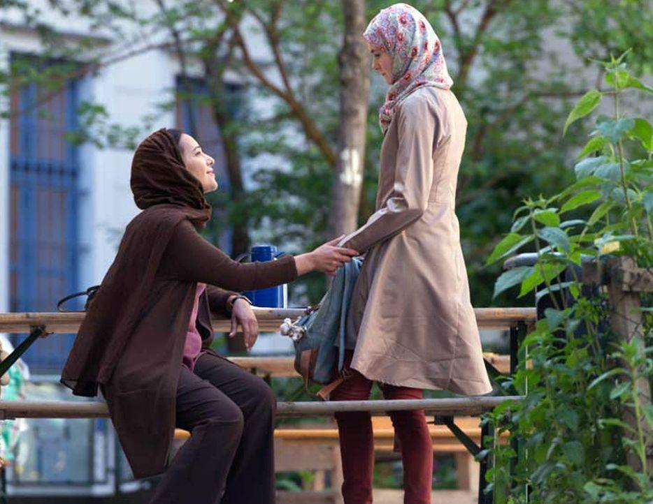 Peter soll sich um Fatima (Atossa Leoni, l.), eine Frau die junge muslimische Mädchen für Selbstmordattentate rekrutiert, kümmern? - Bildquelle: Stephan Rabold 2015 Showtime Networks, Inc., a CBS Company. All rights reserved.