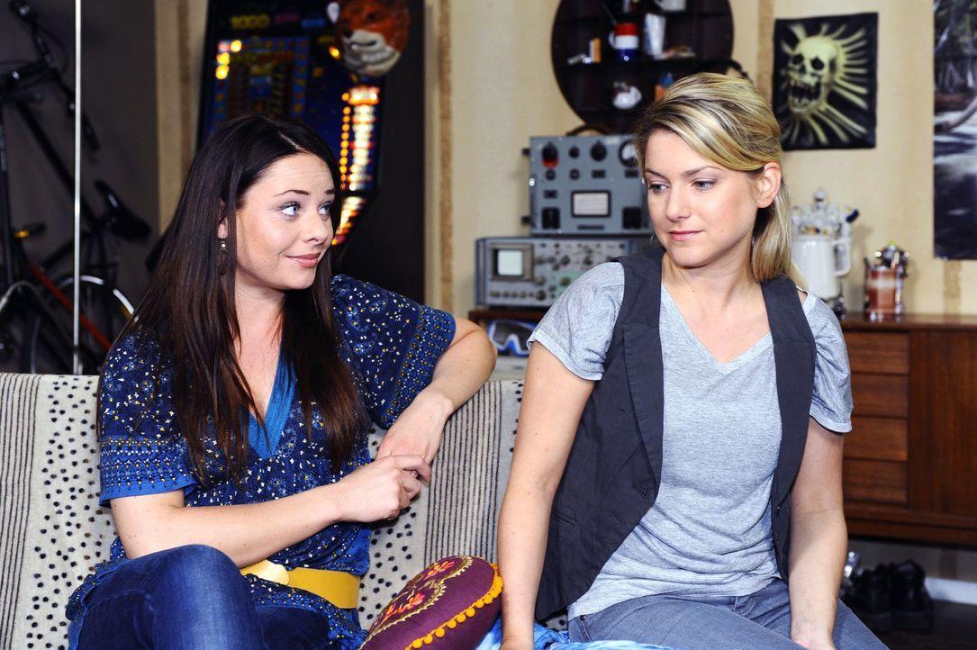 Paloma (Maja Maneiro, l.) merkt, dass Anna (Jeanette Biedermann, r.) in Gedanken noch bei Jonas ist. - Bildquelle: Sat.1
