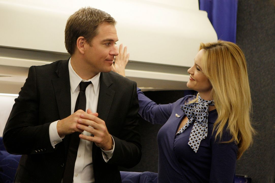 Tony (Michael Weatherly, l.) versucht herauszufinden, ob Stewardess Tiffany (Victoria Pratt, r.) auf Nora Williams angesetzt wurde ... - Bildquelle: CBS Television