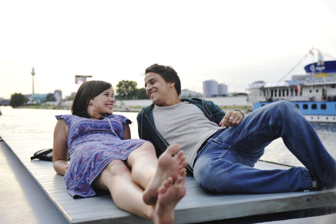 Als Lila (Anna Fischer, l.) nach einem Jahr in der Einöde in Texas nach Berlin zurückkehrt trifft sie auf Christopher (Kostja Ullmann, r.) und ver... - Bildquelle: Disney