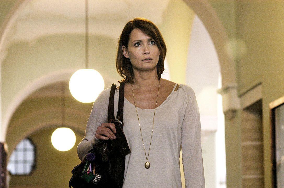 """Maren (Anja Kling) ist irritiert angesichts der Vorkommnisse an der Privatschule """"Sophienbund"""". - Bildquelle: Oliver Feist Sat.1"""