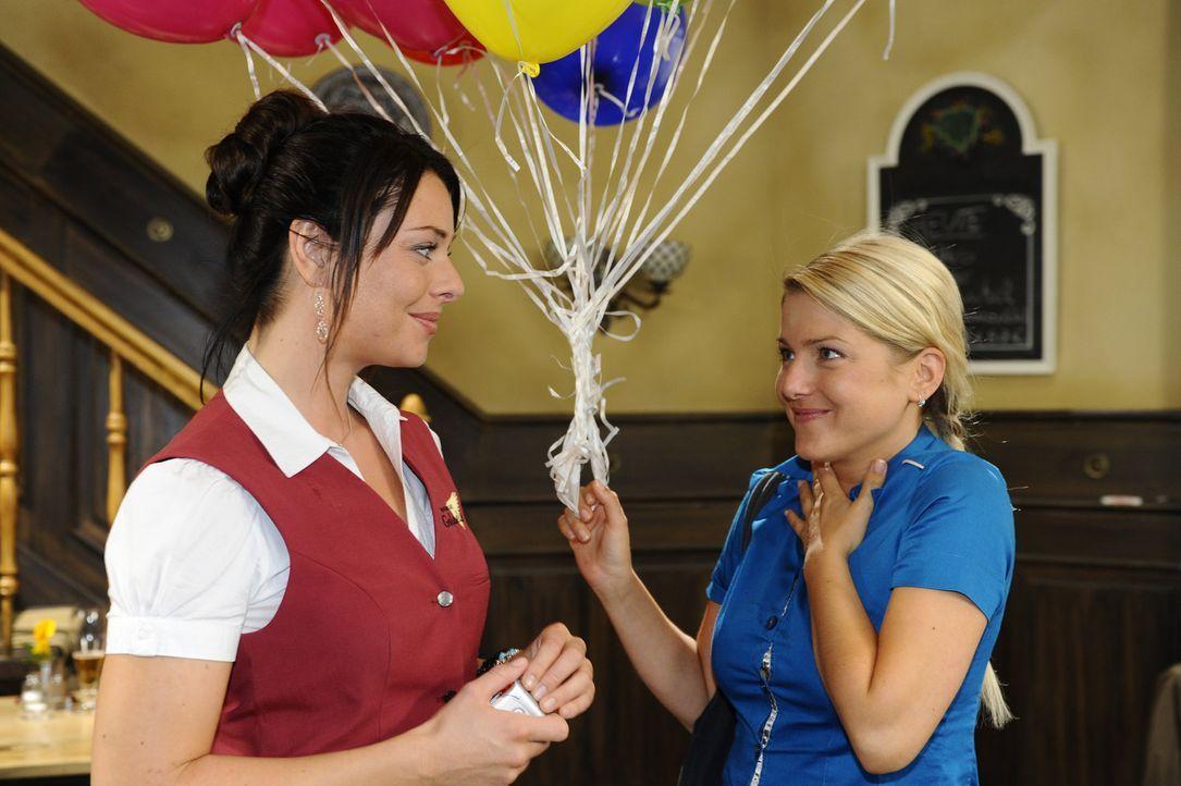 Anna (Jeanette Biedermann, r.) wird von Alexander mit einer romantischen Reise überrascht und erzählt Paloma (Maja Maneiro, l.) glücklich davon.... - Bildquelle: Sat.1