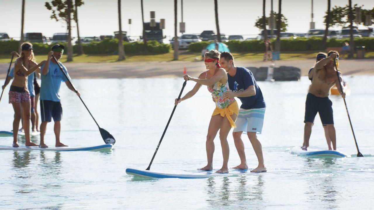 Dannys Schwester Bridget (Missy Peregrym, M.l.) ist auf Hawaii, zusammen mit ihrem Arbeitskollegen Spencer (Daniel Bess, M.r.). Die beiden scheinen... - Bildquelle: Norman Shapiro 2016 CBS Broadcasting, Inc. All Rights Reserved
