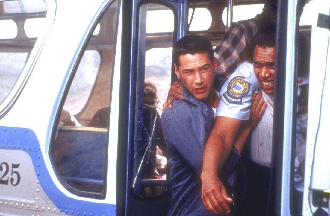 Der Polizist Jack Traven (Keanu Reeves, l.) versucht, den schwer verwundeten Busfahrer aus dem fahrenden Bus zu bergen ... - Bildquelle: Twentieth Century Fox of Germany