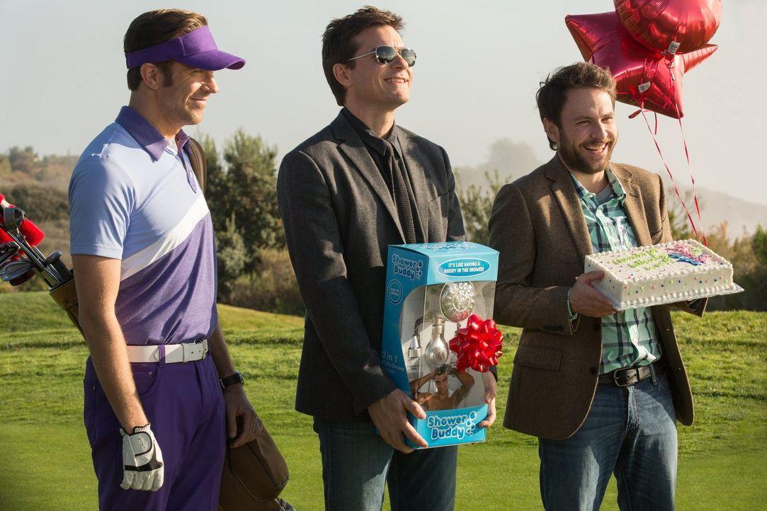 Ahnen noch nicht, dass der vermeintliche Investor nur an ihrer Pleite interessiert ist: (v.l.n.r.) Kurt (Jason Sudeikis), Nick (Jason Bateman) und D... - Bildquelle: 2014   Warner Bros.
