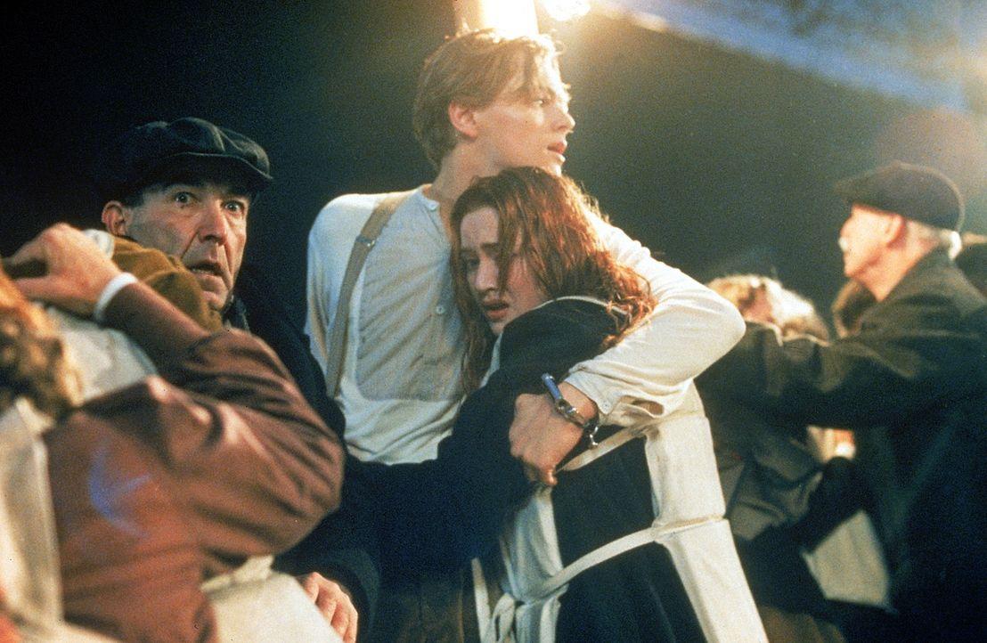 Auf der Jungfernfahrt der Titanic lernen sich die, aus verschiedenen Klassen stammenden jungen Leute Rose (Kate Winslet, r.) und Jack (Leonardo DiCa... - Bildquelle: 20th Century Fox