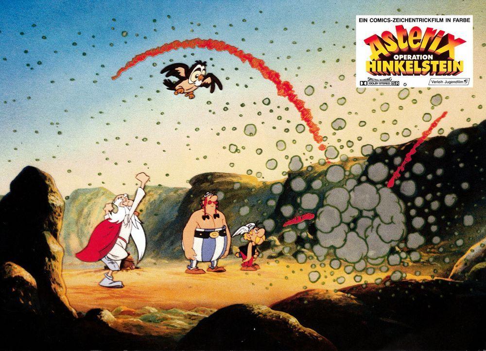 Miraculix (l.) versucht, sich an das Rezept für den Zaubertrank zu erinnern, aber seit er von Obelix' (M.) Hinkelstein getroffen wurde, ist sein Eri... - Bildquelle: Jugendfilm-Verleih GmbH