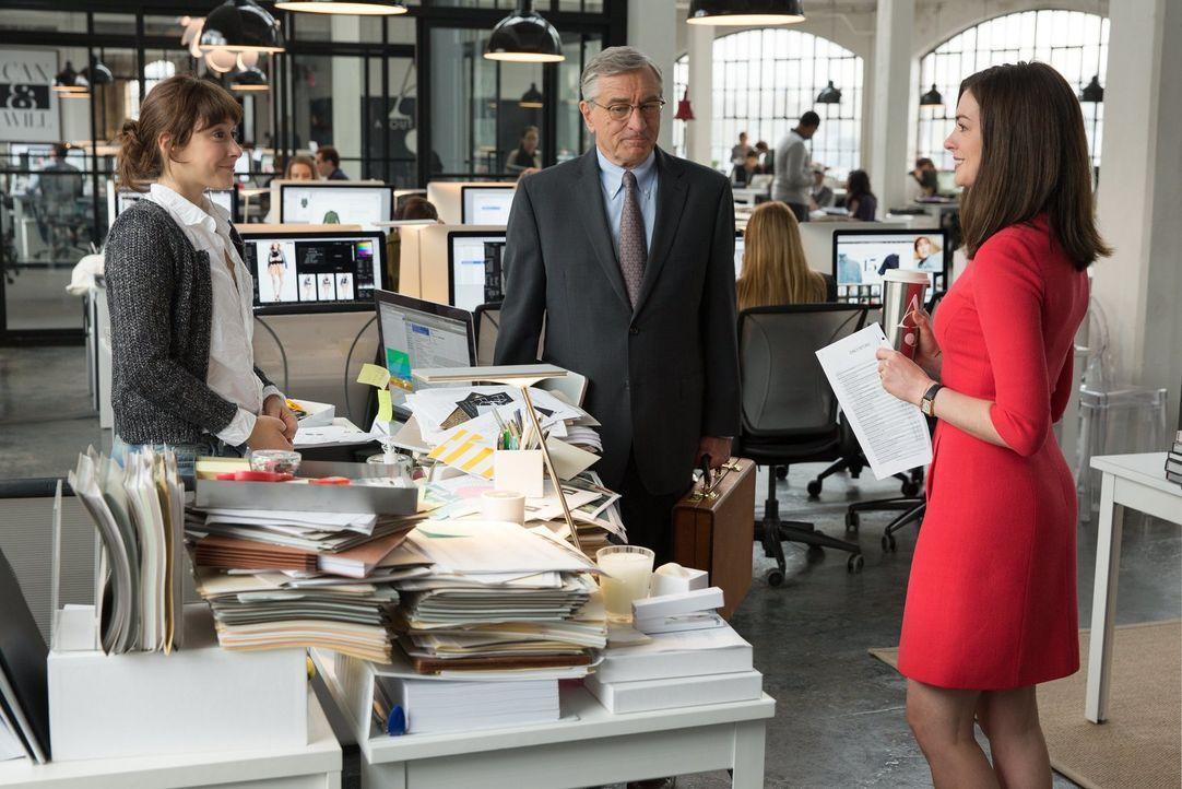 Findet sich Senioren-Praktikant Ben (Robert De Niro, M.) in der Welt der Mode zurecht? Anfangs wird der rüstige Praktikant von seiner Kollegin (Chri... - Bildquelle: Warner Brothers