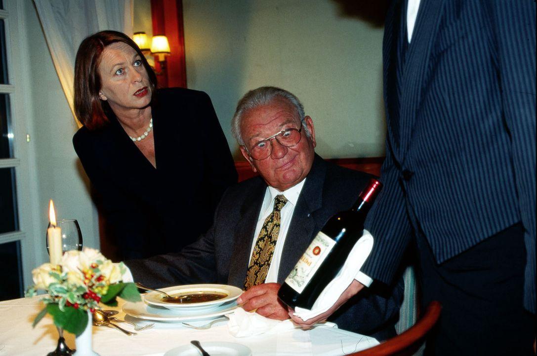 Max Koch (Fritz Muliar, M.) verkostet 'undercover' in Luxusrestaurants teuren Wein ... - Bildquelle: Ali Schafler Sat.1