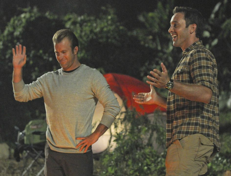 Ein Campingausflug der Aloha Girls gerät für Steve (Alex O'Loughlin, r.) und Danny (Scott Caan, l.) zu einem Höllentrip ... - Bildquelle: 2012 CBS Broadcasting, Inc. All Rights Reserved.