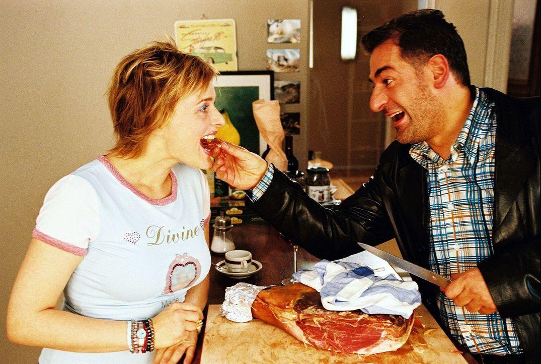 Biene (Isabel Tuengerthal, l.) und Otto (Hasan Ali Mete, r.) lassen sich die mitgebrachten italienischen Spezialitäten schmecken. - Bildquelle: Hardy Spitz Sat.1