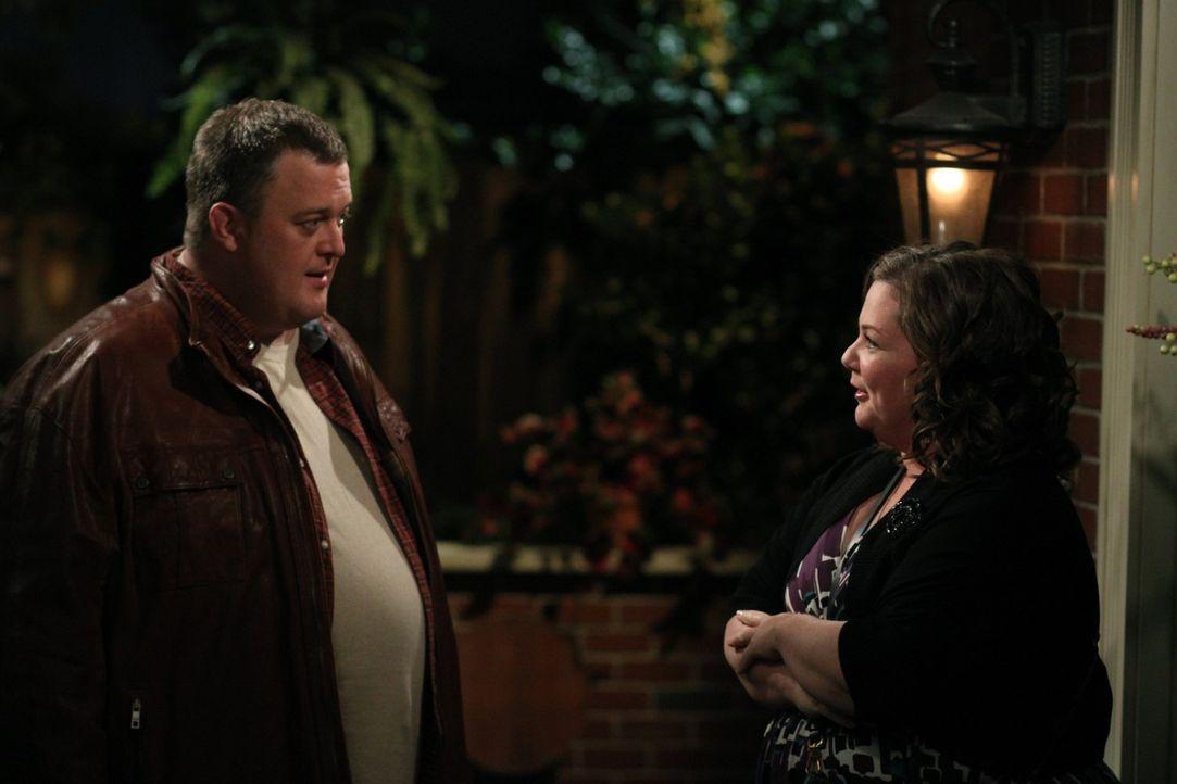 Mike (Billy Gardell, l.) und Molly (Melissa McCarthy, r.) haben ihr drittes Date zusammen verbracht, doch als Molly Mike dazu einlädt noch mit zu i... - Bildquelle: 2010 CBS Broadcasting Inc. All Rights Reserved.