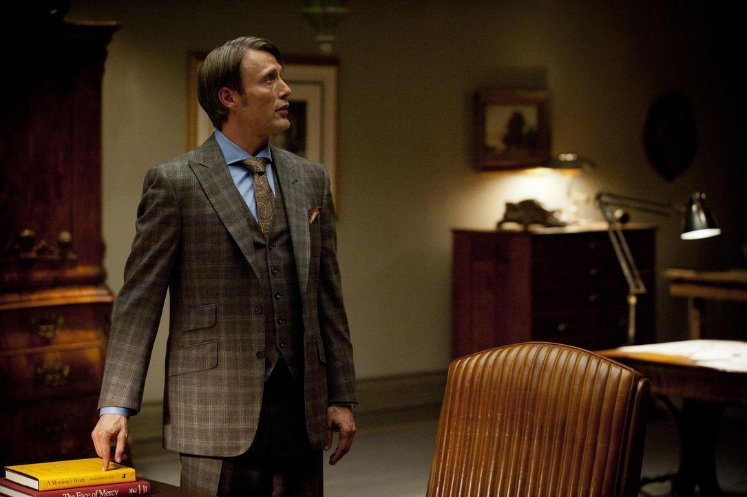 Ausgerechnet Dr. Hannibal Lecter (Mads Mikkelsen), der ganz nebenbei ein soziopathischer Serienkiller ist, soll entscheiden, ob Will Graham, wieder... - Bildquelle: 2012 NBC Universal Media, LLC
