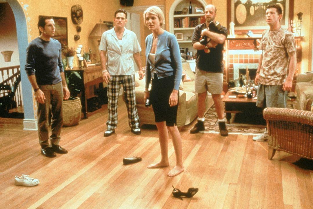 Die schöne Mary (Cameron Diaz, M.) hat allen den Kopf verdreht. Nun versuchen sich Ted (Ben Stiller, l.), Pat (Matt Dillon, 2.v.l.), Dom (Chris Elli... - Bildquelle: 1998 Twentieth Century Fox Film Corporation. All rights reserved.