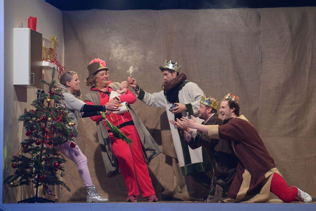 Maria und Joseph, ach nein, Mirja Boes (l.) und Cindy aus Marzahn (2.v.l.) bekommen Besuch von den heiligen drei Königen: Thore Schölermann (M.), Ph... - Bildquelle: Willi Weber SAT.1