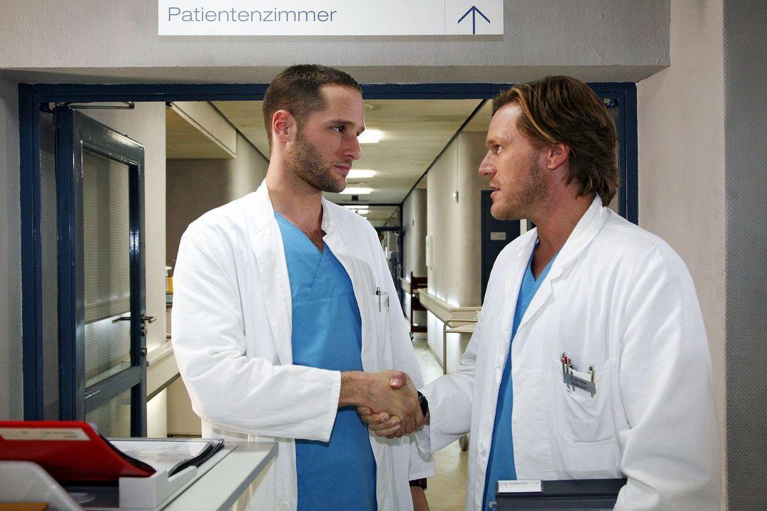 Christian (Tobias Kay, r.) und Jens (Lee Rychter, l.) schließen eine Wette ab: Wird Jens es schaffen, einen Tag ohne Fluchen und Beleidigungen ausz... - Bildquelle: Mosch Sat.1