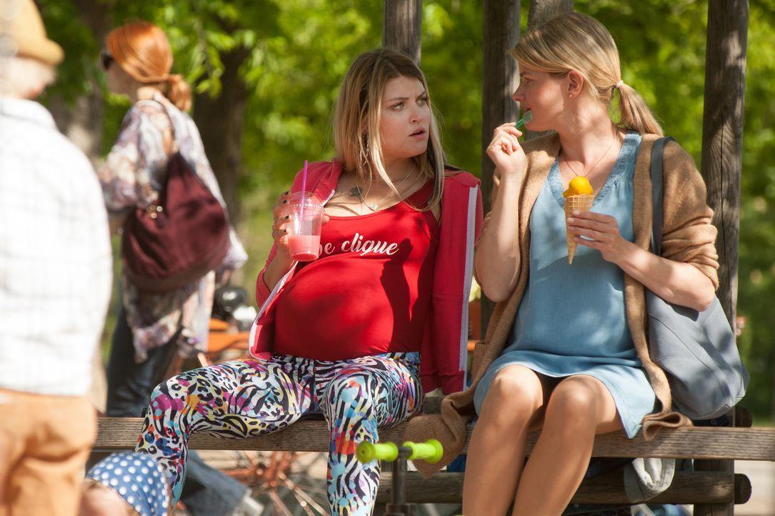 Haben sich mehr zu erzählen, als gedacht: Jessi (Lara Mandoki, l.) und Julia (Mira Bartuschek, r.) ... - Bildquelle: Britta Krehl SAT.1/Britta Krehl