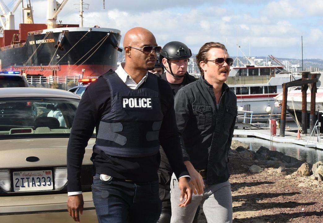 Stehen Murtaugh (Damon Wayans, l.) und Riggs (Clayne Crawford, r.) kurz vor der Lösung eines Falls um einen Auftragsmörder, dem Murtaugh seit Jahren... - Bildquelle: Warner Brothers