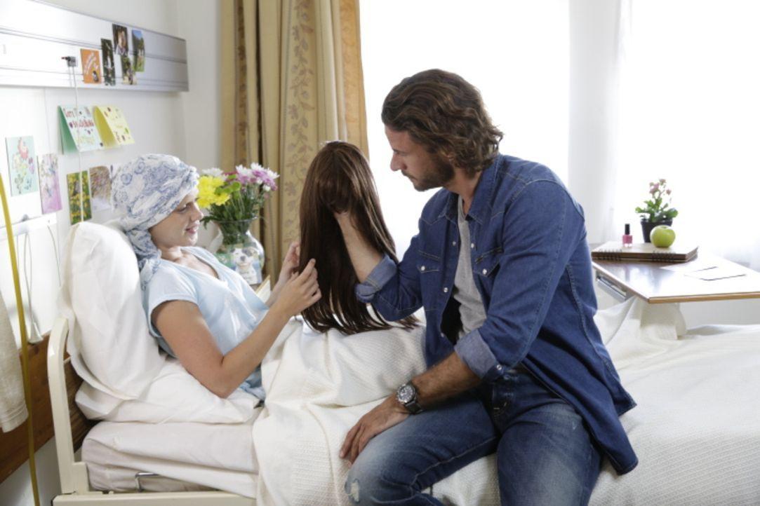 Als Mark (Stephan Luca, r.) erfährt, dass eines seiner Kinder (Christia Visser, l.) an Krebs erkrankt ist und eine Knochenmarktransplantation benöti... - Bildquelle: Melanie Clearly SAT.1