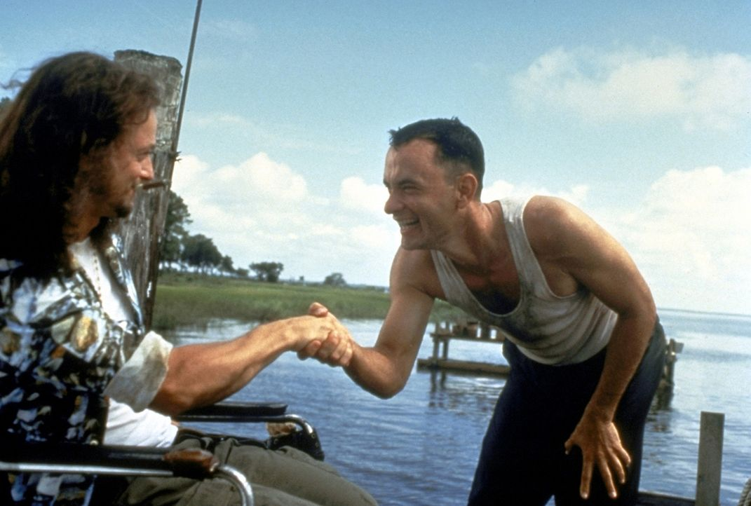 Im Vietnamkrieg gelingt es Forrest (Tom Hanks, r.), dem Lieutenant Dan Taylor (Gary Sinise, l.) das Leben zu retten ... - Bildquelle: Paramount Pictures
