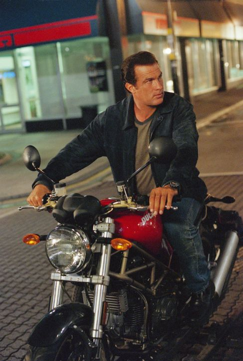 Detective Boyds (Steven Seagal) ist nichts heilig. Aus diesem Grund wird er strafversetzt und kämpft fortan gegen eine bissige Chefin ... - Bildquelle: Warner Bros. Pictures