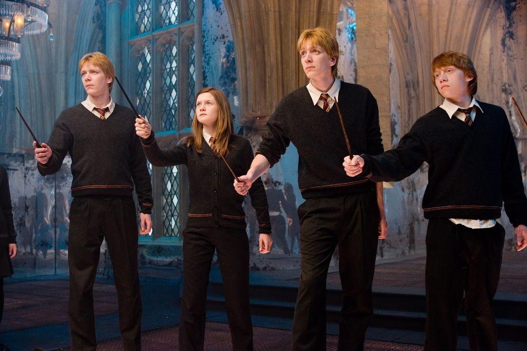 Die ultimative Konfrontation mit Lord Voldemort droht, und Unterstützung bleibt aus: Da nehmen die Schüler (v.l.n.r.: James Phelps, Bonnie Wright,... - Bildquelle: Warner Brothers International