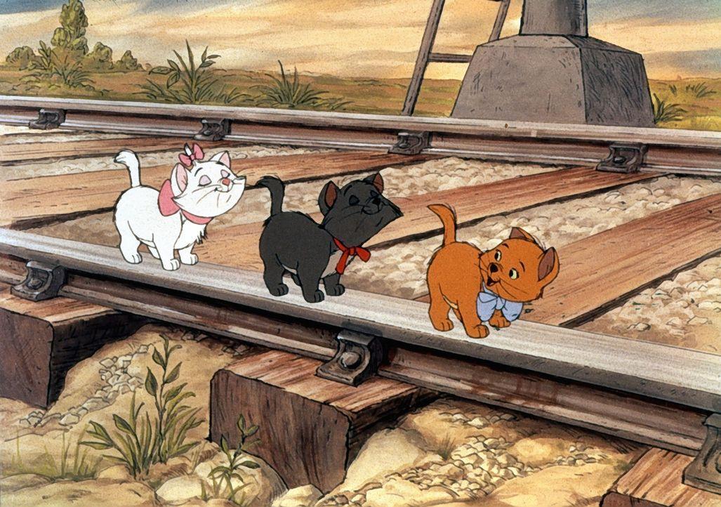 Achtung, Marie (l.), Berlioz (M.) und Toulouse (r.) - das Spielen auf Bahngleisen ist gefährlich! - Bildquelle: The Walt Disney Company.  All rights reserved
