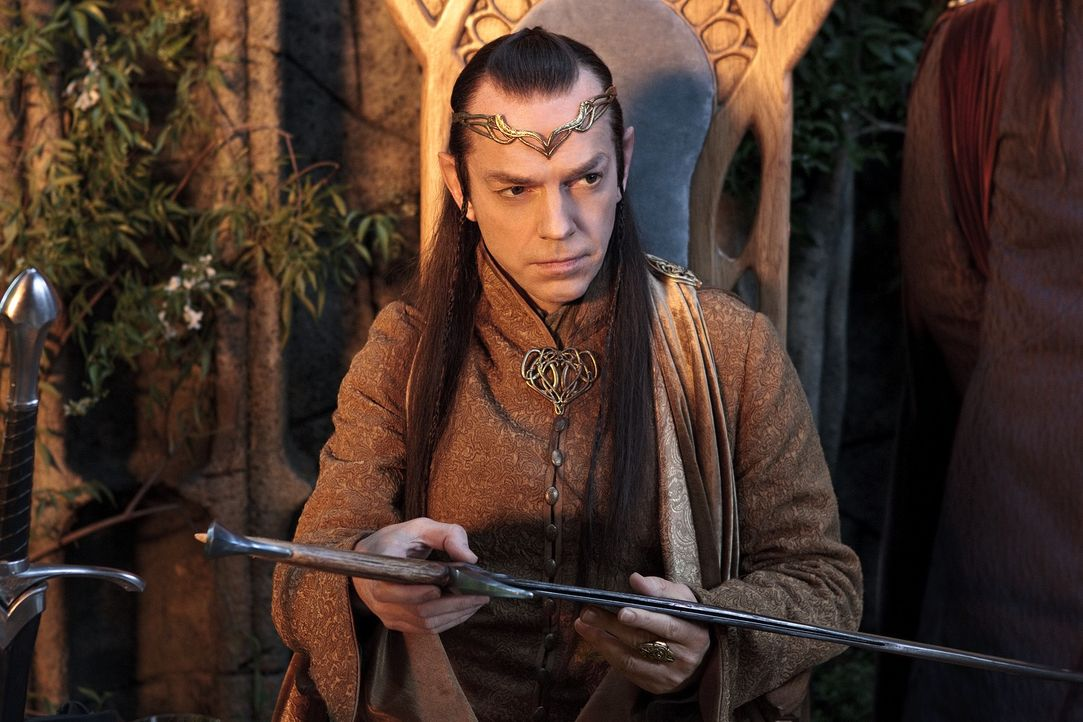 Können die Zwerge dem Elben-Führer Elrond (Hugo Weaving) vertrauen? - Bildquelle: Todd Eyre 2012 METRO-GOLDWYN-MAYER PICTURES INC. AND WARNER BROS.ENTERTAINMENT INC. ALL RIGHTS RESERVED.