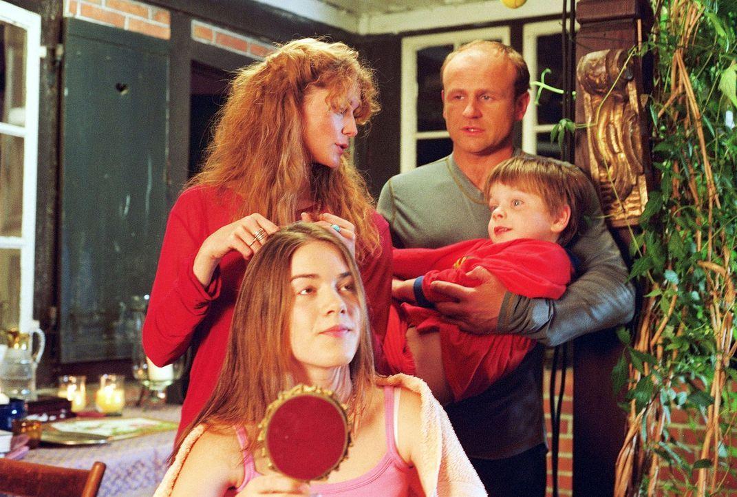 Dass Heidi (Esther Schweins, hinten l.) ihre Tochter Flora (Karoline Eckertz, vorne l.) die Haare nur bei Vollmond schneidet, während Linus (Florian... - Bildquelle: Sat.1
