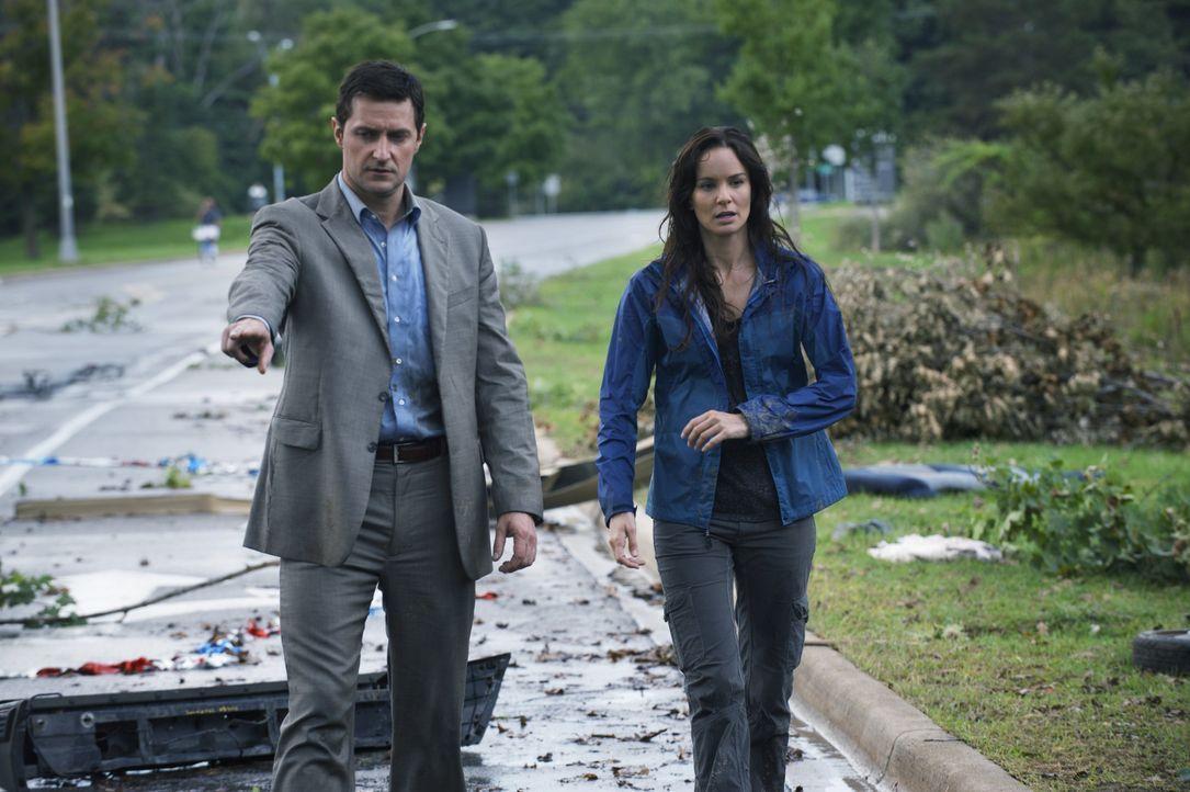 Gary (Richard Armitage, l.) und Meteorologin Allison (Sarah Wayne Callies, r.) sind entsetzt über das vernichtende Ausmaß des Wirbelsturms. Doch das... - Bildquelle: 2014 © Warner Bros.
