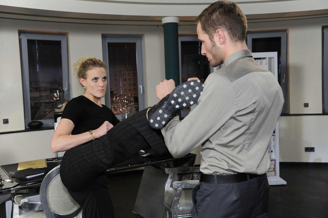 Nachdem Natascha und Maja (Barbara Lanz, l.) auf frischer Tat von David (Lee Rychter, r.) ertappt wurden, gelingt es ihnen mit vereinten Kräften, D... - Bildquelle: SAT.1