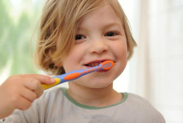 8) Zahnpasta auf dem Bad-VorlägerWattepad und Augen-Make-Up-Entferner-...