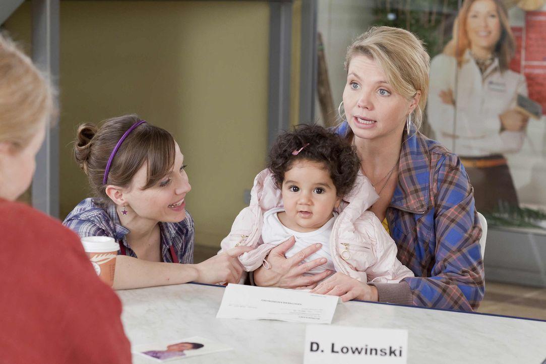 Frau Kolberg (Ulrike Bliefert, l.), die Leiterin eines Waisenhauses, sucht Hilfe bei Danni (Annette Frier, r.), da die kleine Momo (Angi Peters, 2.v... - Bildquelle: SAT.1