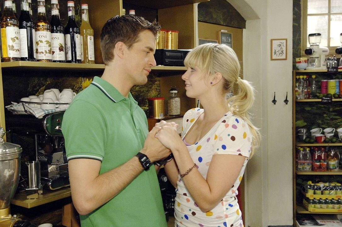 Nach dem Ärger in der Erotikbar haben sich Lars (Alexander Klaws, l.) und Lily (Jil Funke, r.) endlich wieder versöhnt ... - Bildquelle: Sat.1