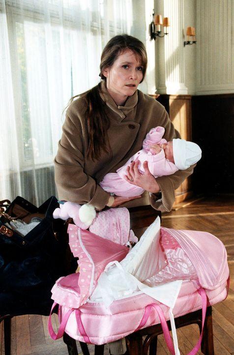 Eva Oswald (Ursula Andermatt) ist mit dem Baby (Paula Nikolussi) auf der Flucht. - Bildquelle: Ali Schafler Sat.1