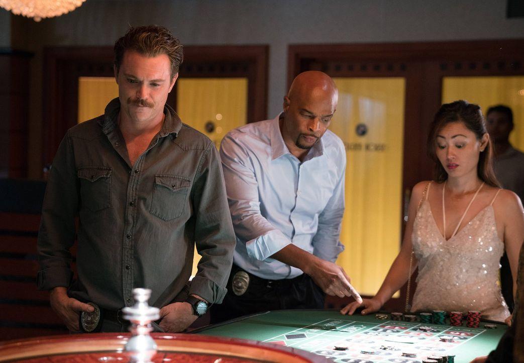 Müssen einen Überfall auf eine Spielkasino aufklären: Riggs (Clayne Crawford, l.) und Murtaugh (Damon Wayans, M.) ... - Bildquelle: 2016 Warner Brothers