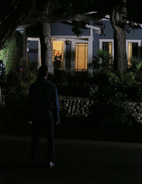 In welcher Verbindung stehen Jack (Dylan McDermott, l.) und Amanda (Elisabeth Rohm, r.)? Diese Frage stellt sich Beth ... - Bildquelle: Warner Bros. Entertainment, Inc.