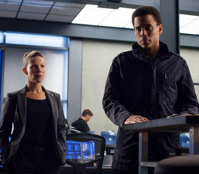Captain Maldonado (Lili Taylor, l.) und Dorian (Michael Ealy, r.) entdecken den schlechten psychischen Zustand von John, doch dieser will sich einfa... - Bildquelle: Warner Bros. Television