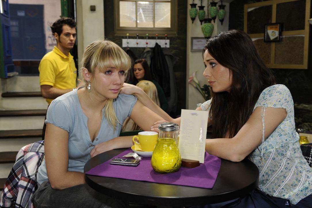 Paloma (Maja Maneiro, r.) steht Lily (Jill Funke, l.) bei und rät ihr, Lars etwas Zeit zu geben ... - Bildquelle: SAT.1