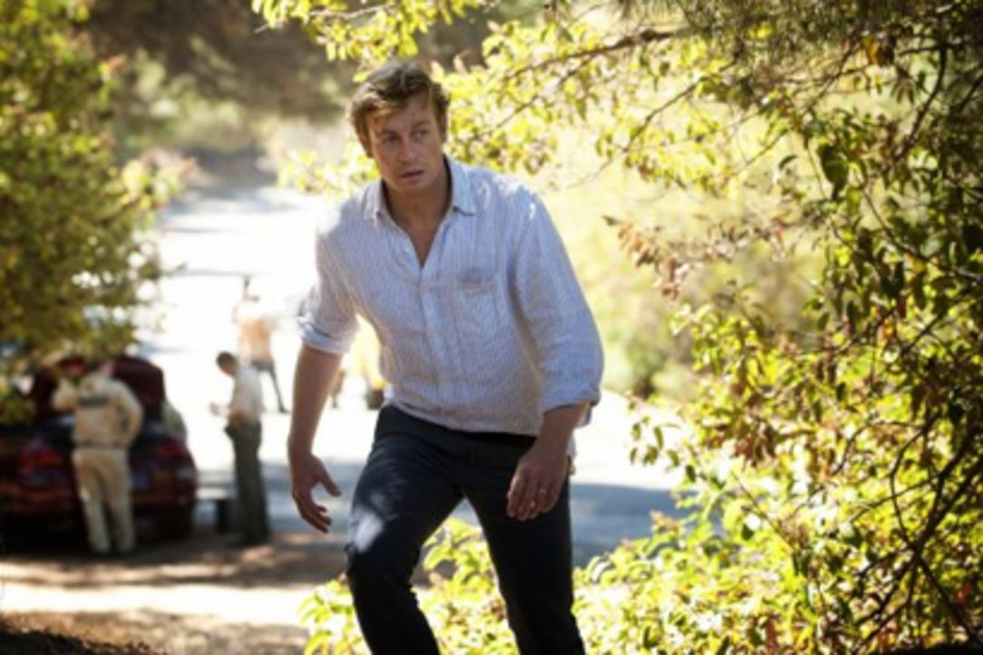 Rückblende: Patrick Jane (Simon Baker) nimmt zum ersten Mal nach der Ermordung seiner Frau und seiner Tochter durch den Serienkiller Red John mit d... - Bildquelle: Warner Bros. Television