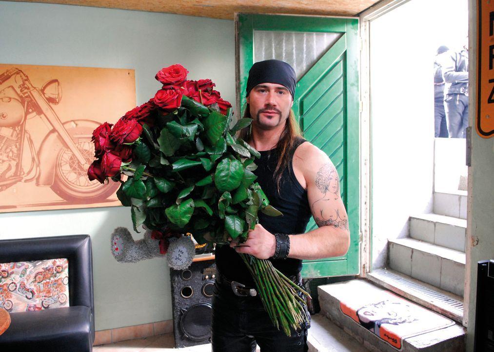 Wie man sieht, hat der harte Rocker Sven (Sasha Schmitz) auch eine romantische Ader. Dies ändert sich aber sehr schnell wieder, als er seine gelieb... - Bildquelle: 2007 Constantin Film Verleih, München