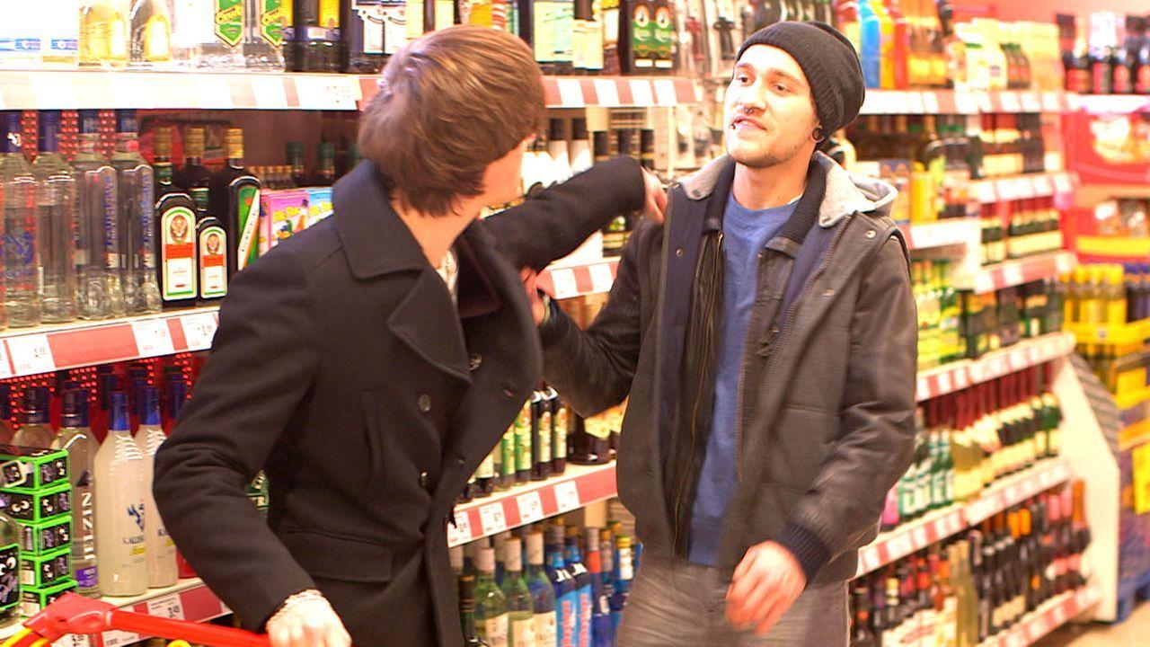 Stone (r.) bedroht Rudi (l.) und will sich an der Familie rächen. Gemeinsam mit Michelle nimmt Rudi den Kampf gegen den 20-Jährigen auf ... - Bildquelle: SAT.1