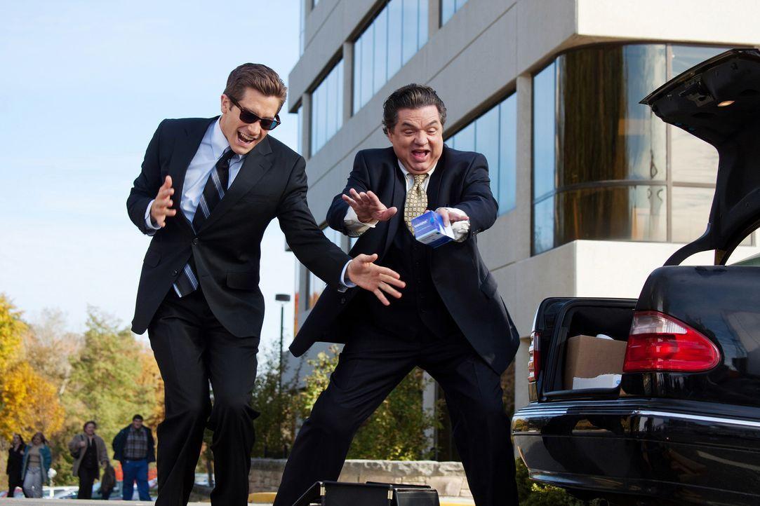 Zusammen mit seinem Partner Bruce Winston (Oliver Platt, r.) begibt sich Jamie Randall (Jake Gyllenhaal, l.) in den Kampf um die Gunst der Ärzte ... - Bildquelle: TM and   2010 Twentieth Century Fox and Regency Enterprises.  All rights reserved. Not for sale or duplication.
