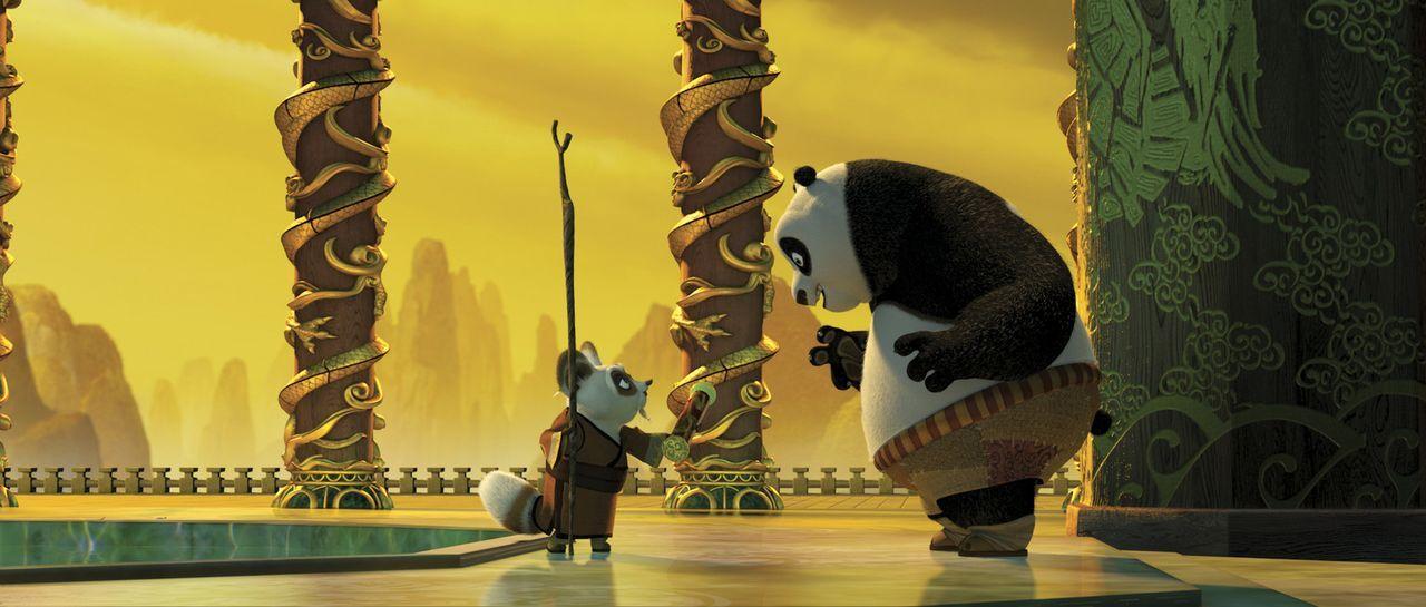 Meister Shifu (l.) nimmt den Pandabären Po (r.) unter seine Fittiche, um ihn in die Kunst des Kung Fu's einzuweisen. Doch zunächst muss der tollpa... - Bildquelle: Paramount Pictures